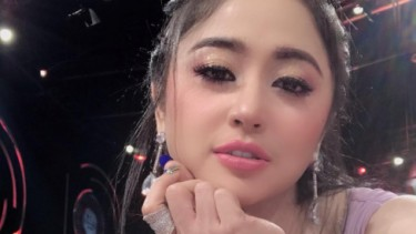 Pamer Potret Masa Kecil, Dewi Perssik Cantik Sedari Dulu!