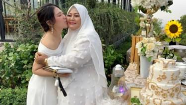 Kaya Raya! Via Vallen Kasih Buket Segepok Duit Di Hari Ibu