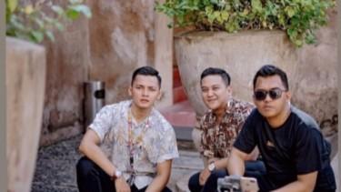Dory Harsa dan Anak Jokowi Bagi-bagi Sembako Pakai Kaos Didi Kempot