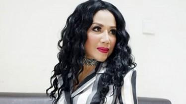 Bikin Melongo, Badan Ramping Rita Sugiarto Berbusana Putih