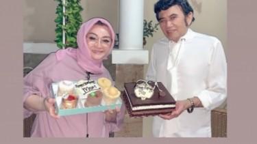 So Sweet! Rhoma Irama Suapin Istri Ulang Tahun Dapat Kejutan Cucu Baru