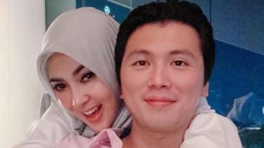 Foto Bersama Suami, Syahrini Matikan Kolom Komentar